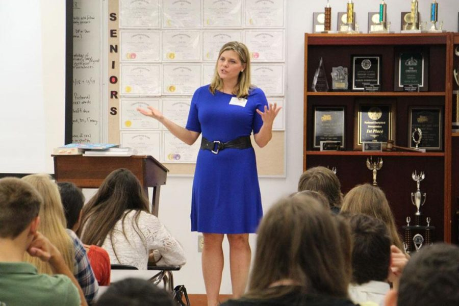 Channel 5 News reporter Ashleigh Walters  speaks to communications freshmen.