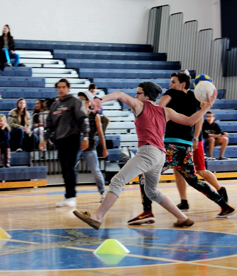 Keyboard junior Nick Baldwin lines up a throw to the underclassmen side in a game of dodge ball. Juniors and seniors teamed up against freshman and sophomores.