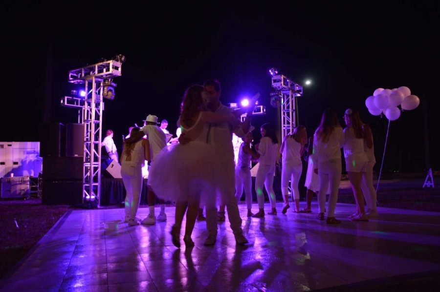 Attendees+crowd+the+dance+floor+of+the+2016+Dreyfoos+in+White+fundraiser+dinner+event+that+took+place+on+Nov.+12.+